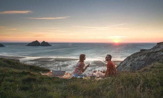 Picnic-cliffs-Couple-Sunset-Holywell-Bay-min
